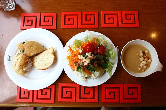 中華料理にしか見えないパン、サラダ、スープ。