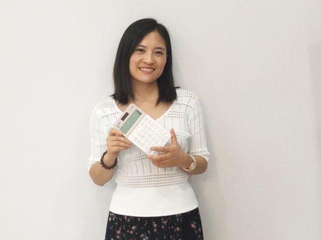 中国のOL向けカワイイ電卓を持つカシオのチャオさん