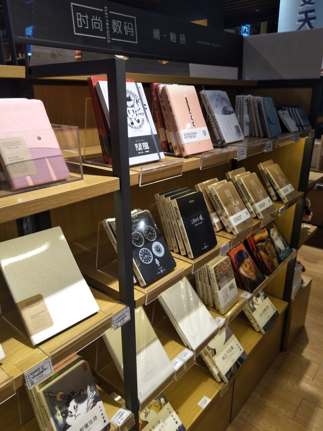 こんな雑貨屋のノート売り場みたいに、安っぽくない電卓が並ぶ光景があるのかもしれない。