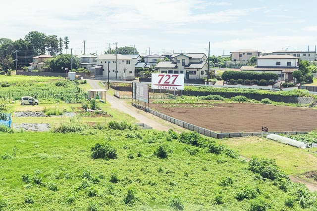 平塚市付近の野立て看板。よく見ると「東建」の看板が壊れている。だいじょうぶですか。