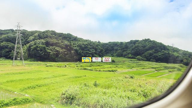 新幹線の窓から見える野立て看板。はたして「727」はどれぐらいあるのか。