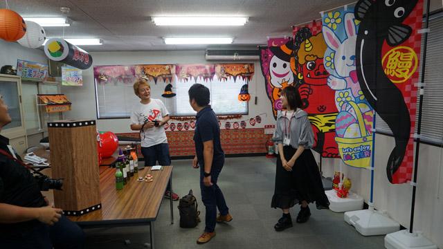インタビューのために通された部屋にはさまざまな商品を並べてくれていた。季節感むちゃくちゃに歓迎ムードである。