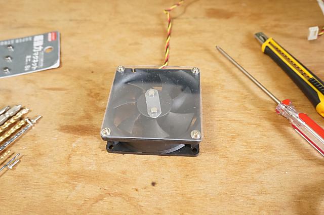 磁石をファンに貼り付け、透明下敷きでカバーをする