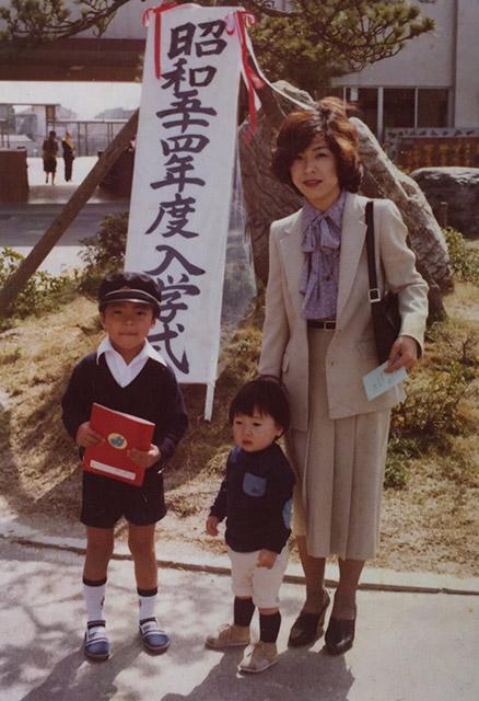 母と僕と弟と入学式と。約40年前の写真。