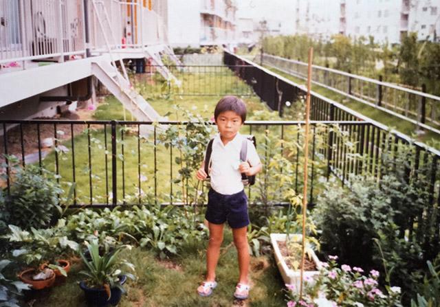 団地の庭で父が撮ってくれた(と思われる)写真。おまえ、何十年か後にここに全身タイツ姿で帰ってくるぞ。