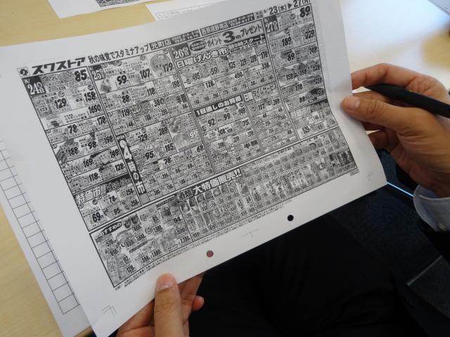 たまにむちゃくちゃ字が小さいチラシがある。A3サイズをA4で印刷したパターンだ。番付表の序二段くらいのフォントの小ささ。
