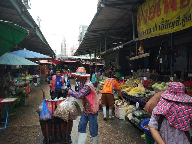 クロントゥーイ市場へ。ベトナム以上に、肉と魚の混ざりあった濃い匂いが漂う。