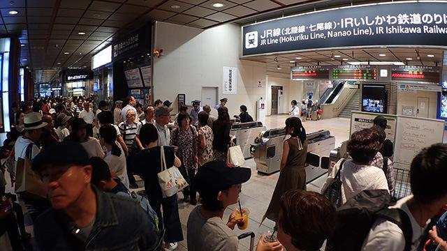 到着したとたん、駅がものすごい混雑だった。なんだこれは。みんなヨット部に行くのか。