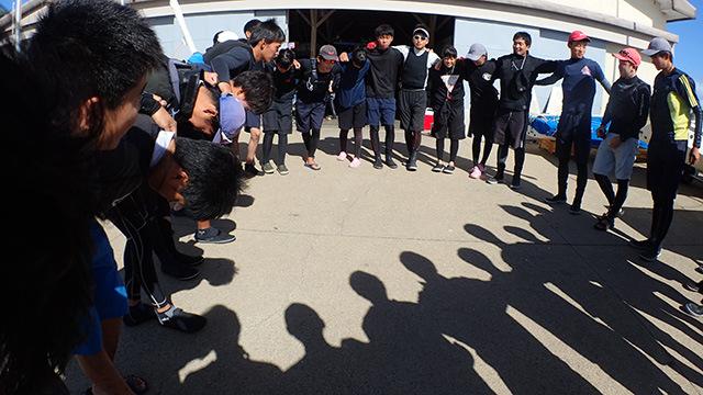 出艇前には円陣を組むのも伝統。さすがに卒業生は円陣には入れてもらえないですかね。