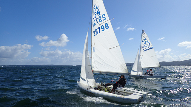 斜め横から風を受けるため、選手は体をほぼ外に出してヨットが倒れないように耐えます(これが推進力になる)。