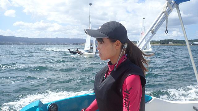 彼女は2年生。ヨットを見る目は常に厳しい。