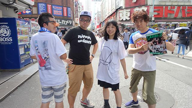 左から、アイドル語話者のこぢこぢさん、通訳の大坪ケムタさん、写る必要のない筆者、プロレス語話者の玉置標本さん