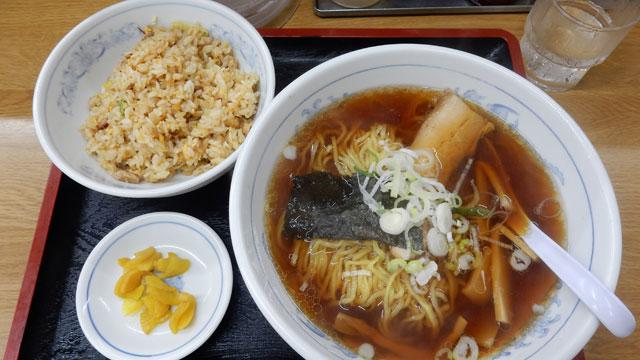中華料理のチェーン店「福しん」のB定食。ラーメンに付いてくるチャーハンにしては多い。お茶碗一杯分ぐらいある。