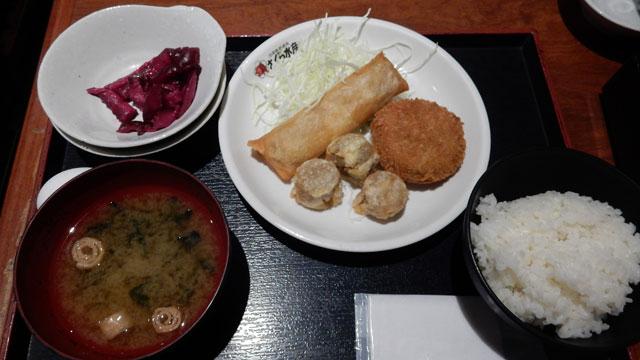 さくら水産のB定食。ご飯と味噌汁と生卵と漬物がおかわり自由。