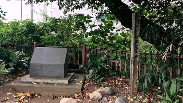 石碑には代表作『武蔵野』の一節が刻まれている