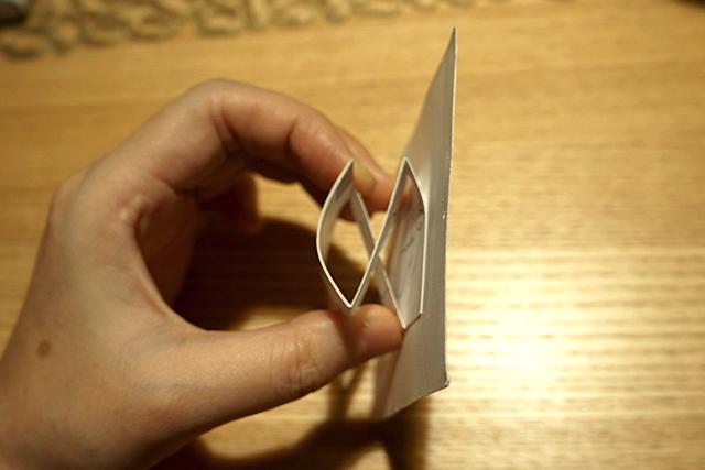 紙の帯で、こう組んでいる。