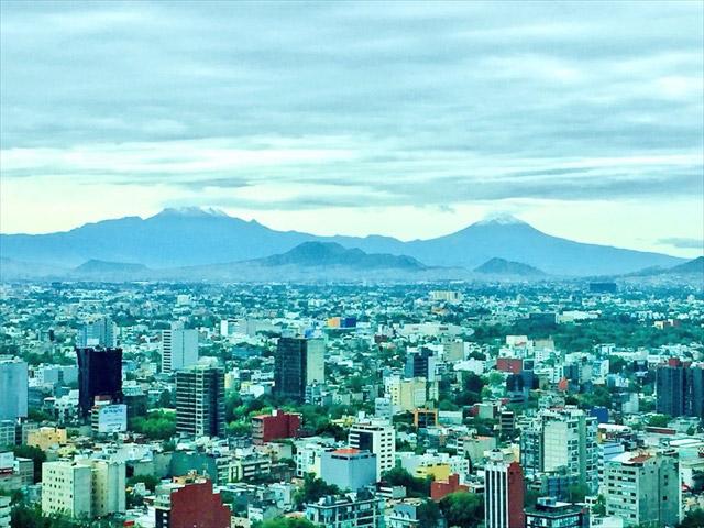 メキシコシティからのぞむ、標高5000m超のポポカテペトル火山とイスタシワトル火山。