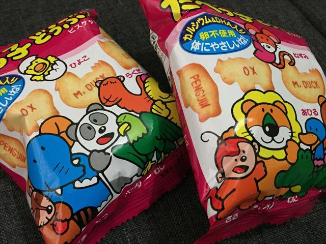 日本のお菓子を持ち込むと気圧でパンパンに膨らむ。