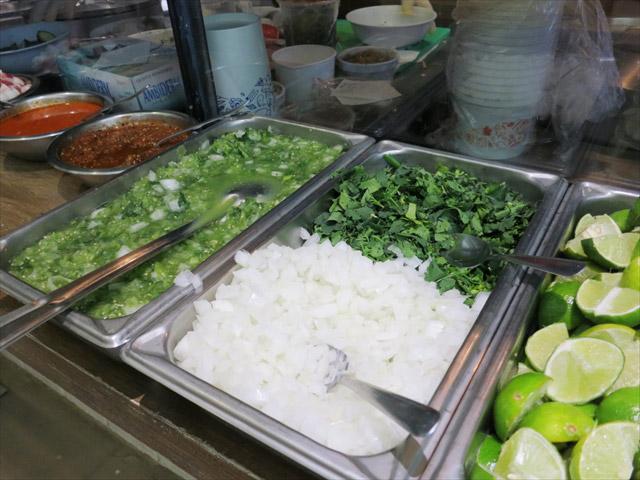 ラディッシュ、玉ねぎ、パクチー、そして忘れてはならないリモンとサルサソース。お好きなトッピングでいただくのがメキシコ流のスープの楽しみ方です。