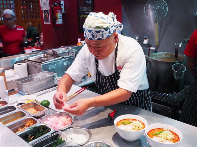 ラーメンを調理する永田さん。