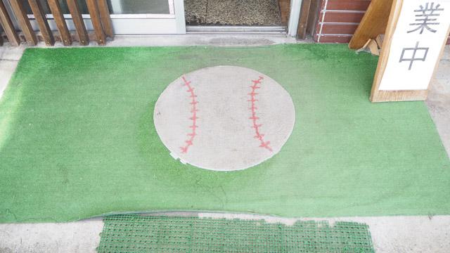入り口には巨大な野球ボール
