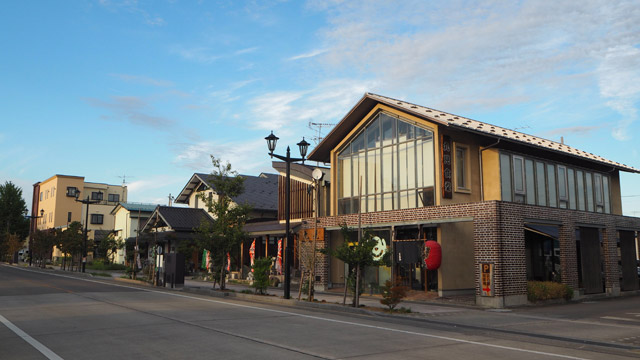 ピカピカのガラス面が多い、2階建ての建物の1階部分がお店。名前は「丸見食堂」。今日巡った4店舗で一番駅に近い。徒歩3分くらいか