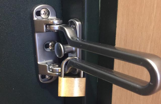 脱出のモチベーションを上げるために用意した錠前。謎を解いていくと最終的にこの錠前を開ける鍵が手に入ることになっている。(あくまでもシンボル的な意味合いで用意しただけなので、実際には錠前を外さなくても脱出できてしまう。)
