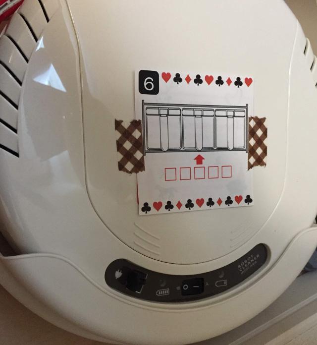 ルンバもどきの自動掃除機の上に堂々と貼られた謎。こういう簡単なものは一瞬で見つかってしまう。