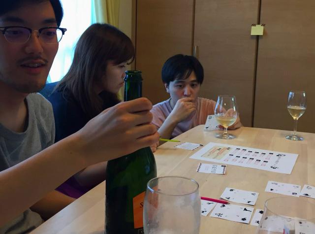 シャンパンを飲みながら次の一手を考える参加者たち。酒を飲みながら脱出ゲームができるのは、自宅ならではだ。