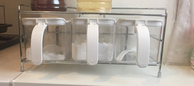 砂糖など調味料が入った箱。
