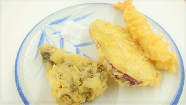 料亭に出てくる天ぷらをイメージしてお皿に塩の代わりに砂糖を乗せた。
