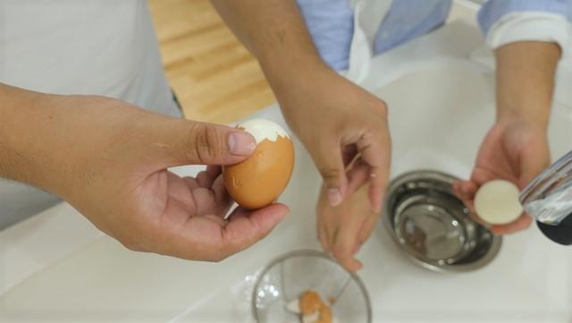 この日、人よりゆで卵の殻をむくのが遅いこと、そして、そのことを指摘されると恥ずかしいことを知った。