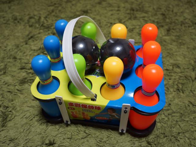 陽気なカラーリングのおもちゃが家にやってきた。これからこれらをハト1色に染める。
