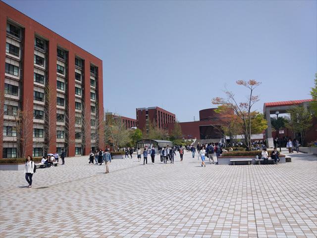 地方のローカルバスに戸惑いつつなんとかたどり着いた金沢大学。