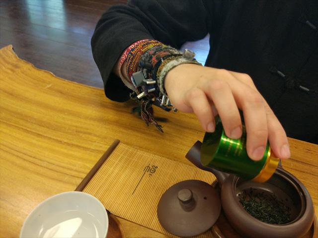 途中、グナーさんの手首が気になって聞いたら、「メタルフェスのリストバンド」とのこと。 お茶好きでメタル好き…!なんて逸材だ。