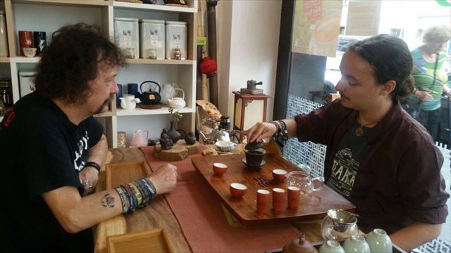メタル仲間でもあるお父さんにお茶を淹れるグナーさん、茶とメタルのマッチ感が超イカス。 最高にいい写真じゃないですか?これ。