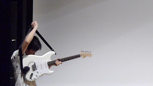 出てきましたね、ギターが。