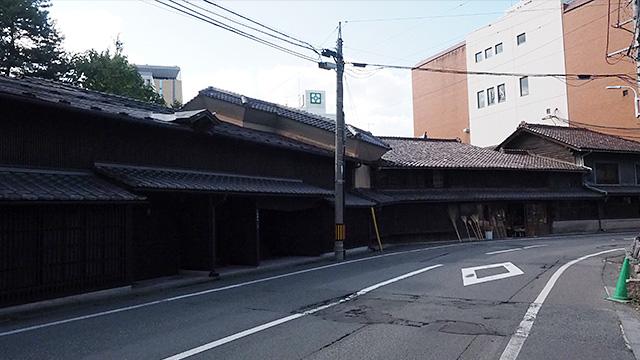 江戸後期から続くお店。ここだけ時代劇の舞台のようだ。