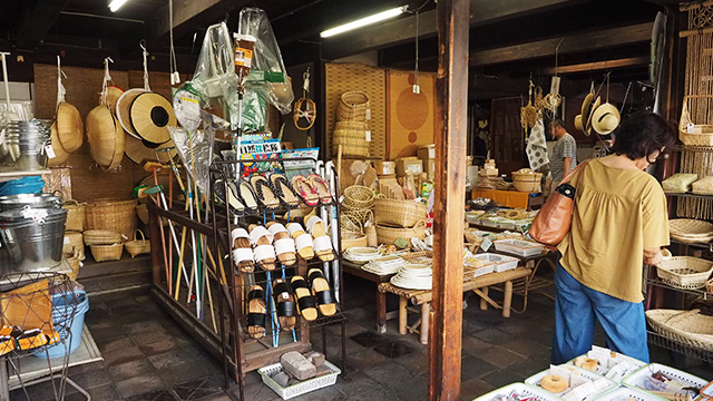店内は風鈴の音だけが鳴り、イグサのいい香りが漂う。前を通ったら誰しも入ってしまうだろう。