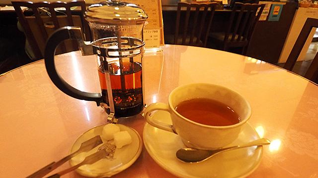 自分でお茶っ葉をしぼるスタイル。砂糖を入れる前は上等なほうじ茶に近く感じた。