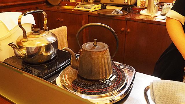 「まろやかさ」を感じた正体はこれ。カフェ仕様のオーダーメイドの鉄瓶!