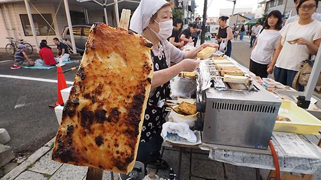 盛岡は豆腐の消費量が全国1位と聞いていたので焼き味噌豆腐を買った。150円。