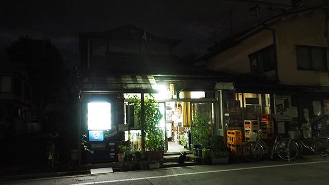 酒屋で飲むのは初体験。平興(ひらこう)商店のお店の前には黒猫が待ち受けている