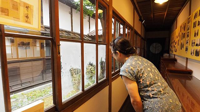 経年で剥げている明治時代の窓ガラス。案内してくれたスタッフの女性「この間から見る中庭の木が味があって好きなんです」