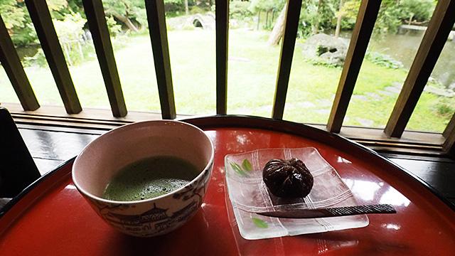 風鈴と雨の音を聞きながらお茶をいただいた。ここにいると、雨も悪くない。