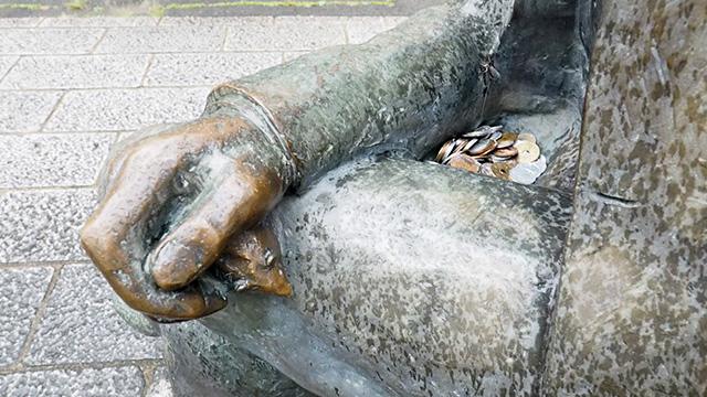 手のひらに子ネズミ発見! そしてお股に小銭発見。