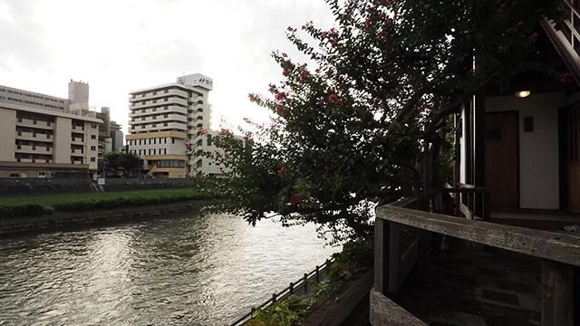 突き当りには川があり最後の見納め。盛岡と川はセットなのだ。