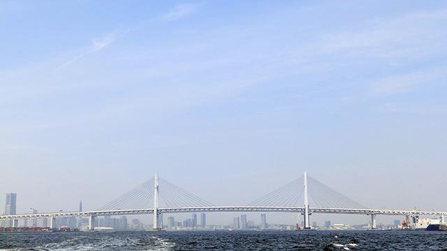 ベイブリッジを望む横浜での海洋散骨を希望する人は多い