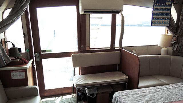 船室内にはソファーやテーブルも揃い、ゆっくりくつろぐことができる
