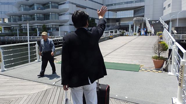 散骨後、ご遺族の姿が見えなくなるまで手を振り続ける今井さんの姿に感動